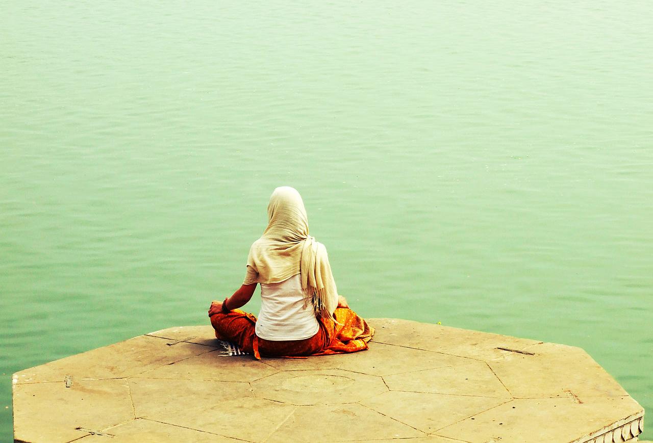 Holistic-Living-meditating