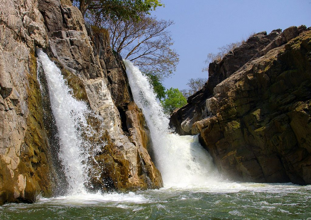 Beautiful-Offbeat-Places-in-India-Hogenakkal-Falls,-Karnataka