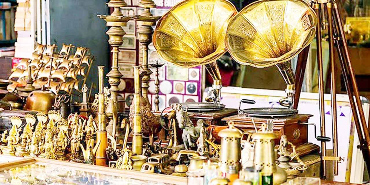 Shop for antiques at Chor Bazaar, Mumbai